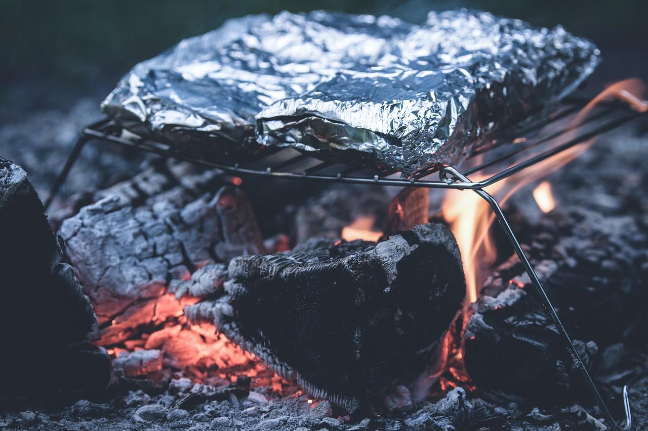 Grillen Asche Glut Feuer Einweggrill Alufolie