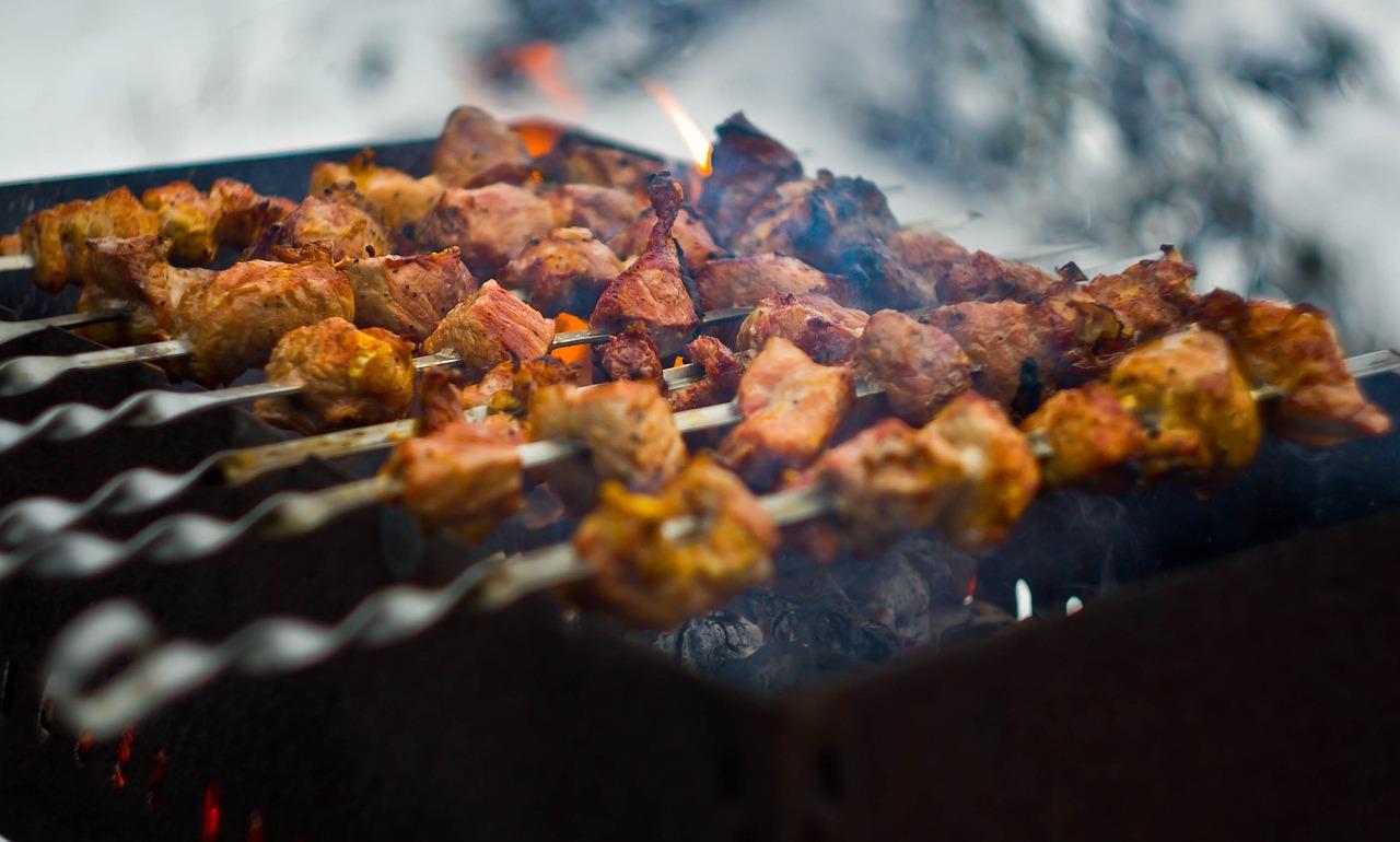 Grillen Kohle Holzkohle Glut Rauch Balkon Fleischspieße