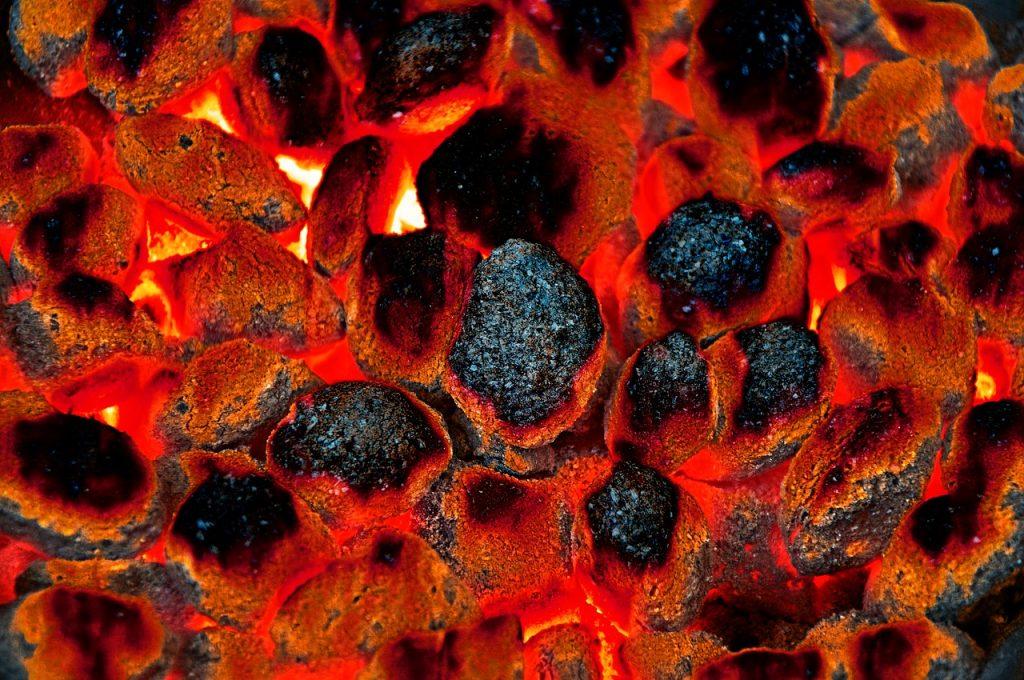 Holz Holzbriketts Eierbriketts Flamme Kohle Glut Anzünden