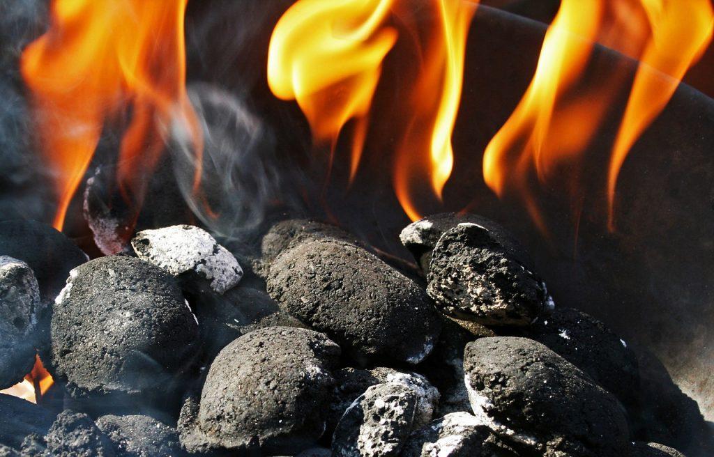 Holzkohle Kohle Briketts Feuer Flamme Glut